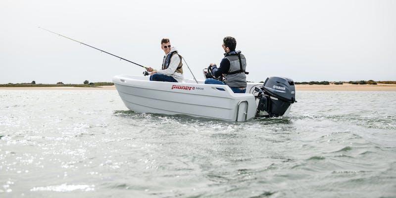 2019-Yamaha-F15-EU-Light_Grey_Metallic-Action-003-03